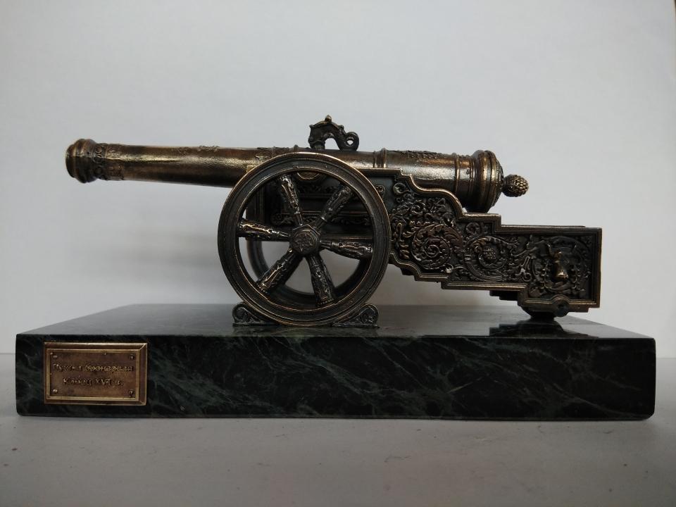 Пушка Буйвол.<br />Оригинал находится возле Арсенала<br />( Московский Кремль).                   Сувенирная пушка — образец авторского литья по выплавляемым моделям.<br />Модель пушки, состоящей из 13 деталей, выполнена по фото оригинала, отлита из бронзы. Подставка- змеевик.<br />Масштаб 1:20<br />Сделано по заказу ГБУ Музеи Московского Кремля