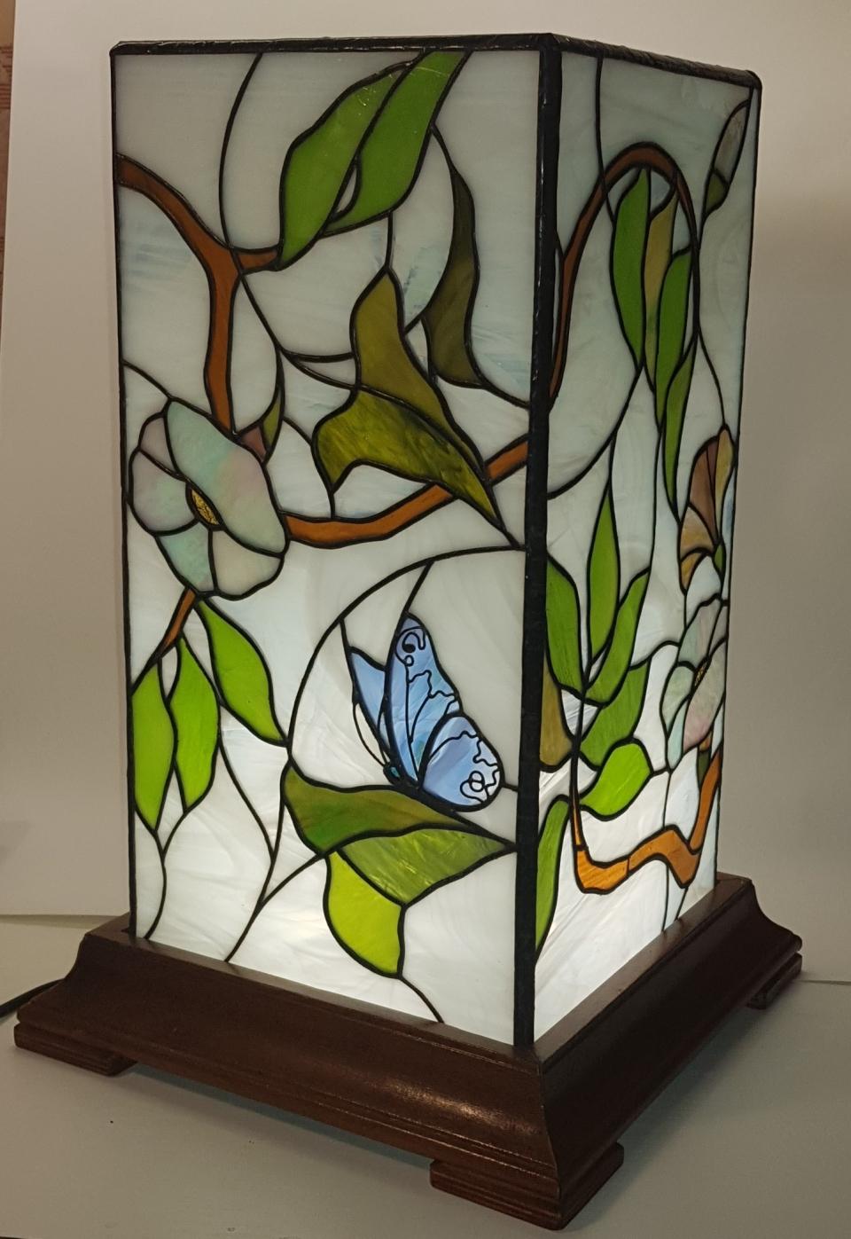 Настольный светильник в технике ТИФФАНИ со светодиодным источником света.  Размер габаритный с основанием 44*28*28 см.