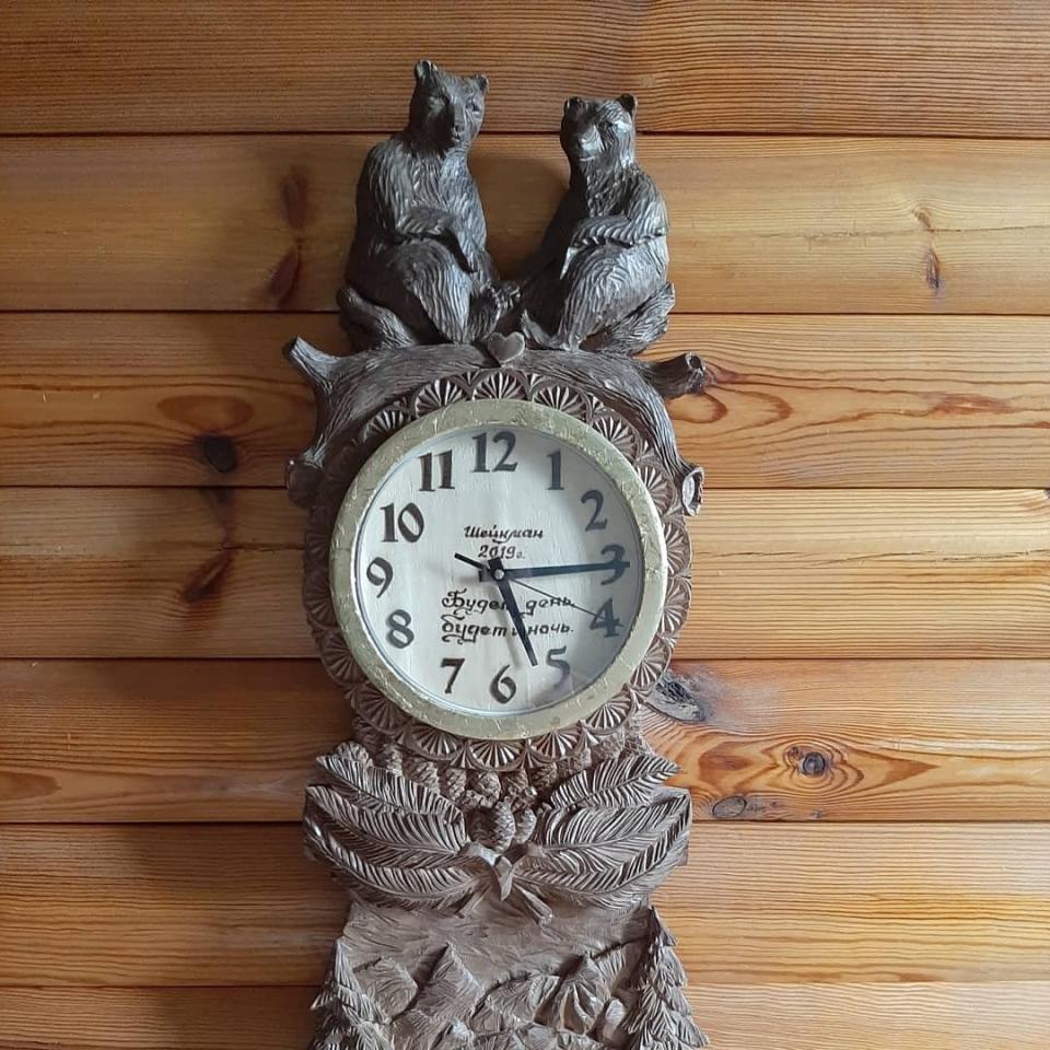 Часы Медвежья любовь. Резьба по дереву. Древесина липы. 900х320х45 мм