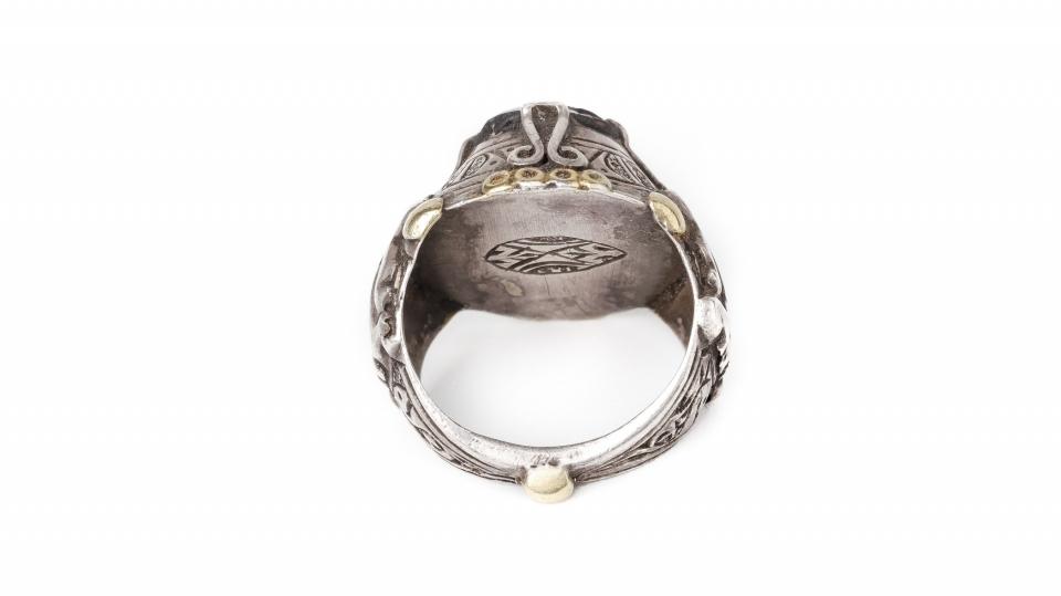 https://www.youtube.com/watch?v=f3w-TQEvwsk<br />Коллекционное кольцо ювелиров Ирана, примерно 1960 год  со вставкой арабской стеклянной бусины (около 8-9 века н.э.). Во внутренней части кольца печать мастера, центральная часть шинки в виде шарка символизирует связь со Вселенной. Съемка - Екатерина Финогенова.