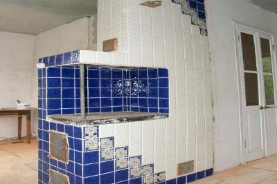 Печь облицованная синей плиткой