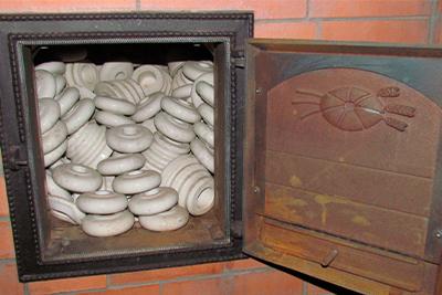 Камень, изоляторы, талькохлорид, булыжник для каменки банной печи. Ассамблея рекомендует изоляторы фарфоровые.